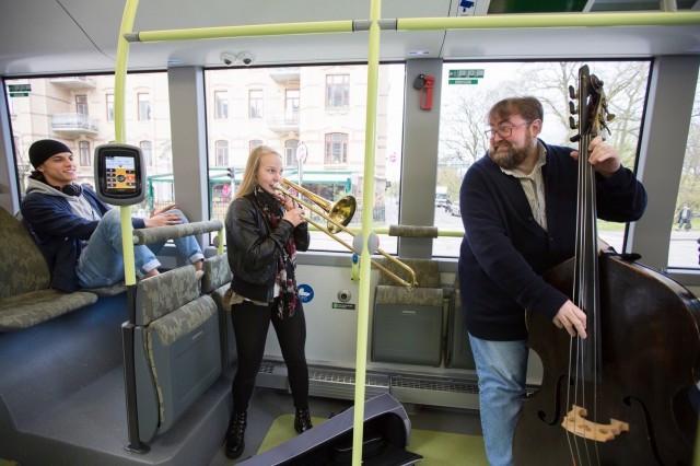 concert-on-volvo-electric-bus-gothenburg-sweden_100556357_m